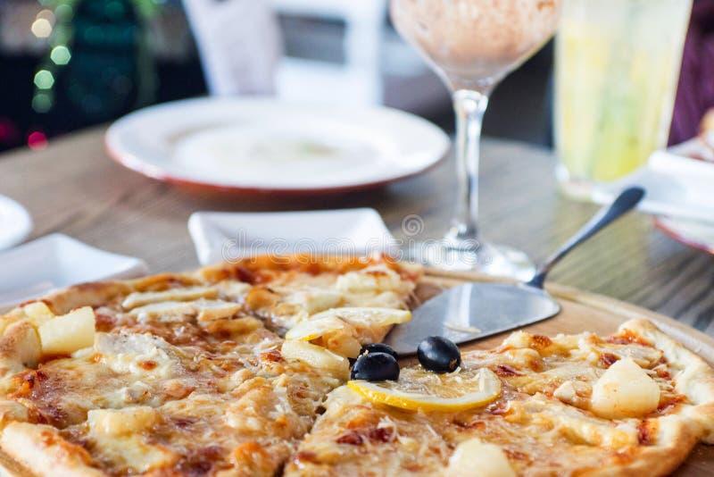 Μεγάλη πίτσα σε έναν ξύλινο πίνακα καυτή πίτσα Χρόνος γεύματος στο pizzeria Εστιατόριο στοκ φωτογραφίες