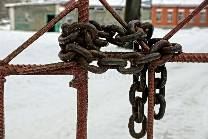 Μεγάλη παλαιά αλυσίδα σιδήρου στις σκουριασμένες ράβδους στοκ φωτογραφία με δικαίωμα ελεύθερης χρήσης