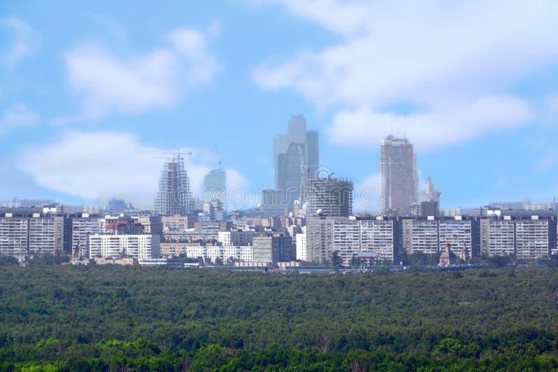 Μεγάλη πόλη κοντά στο δάσος στοκ φωτογραφία με δικαίωμα ελεύθερης χρήσης