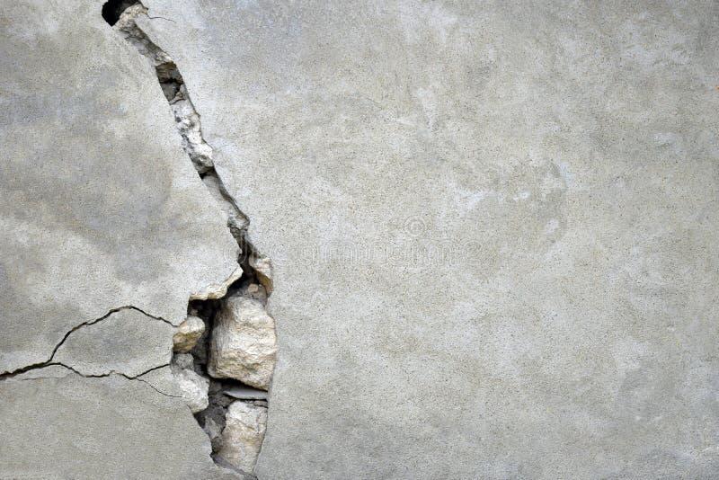 Μεγάλη ρωγμή στον γκρίζο τοίχο στοκ εικόνες