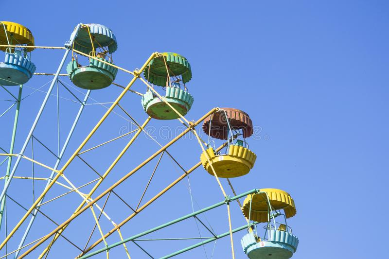Μεγάλη ρόδα με τις πολύχρωμες καμπίνες στο λούνα παρκ στοκ φωτογραφίες με δικαίωμα ελεύθερης χρήσης