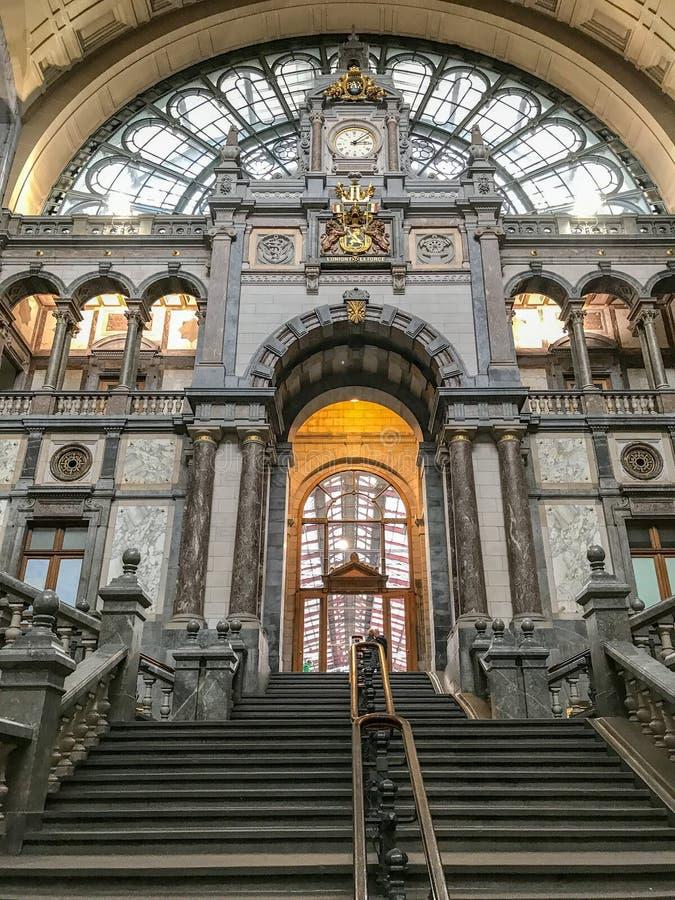 Μεγάλη σκάλα, κεντρικός σιδηροδρομικός σταθμός της Αμβέρσας, Βέλγιο στοκ φωτογραφία με δικαίωμα ελεύθερης χρήσης
