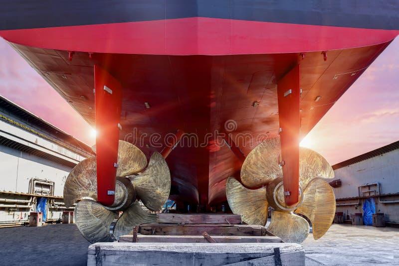 Μεγάλη σκαφών λεπτομέρεια προωστήρων κινηματογραφήσεων σε πρώτο πλάνο δίδυμη του μαύρου προωστήρα πρυμνών και σκαφών στοκ φωτογραφία