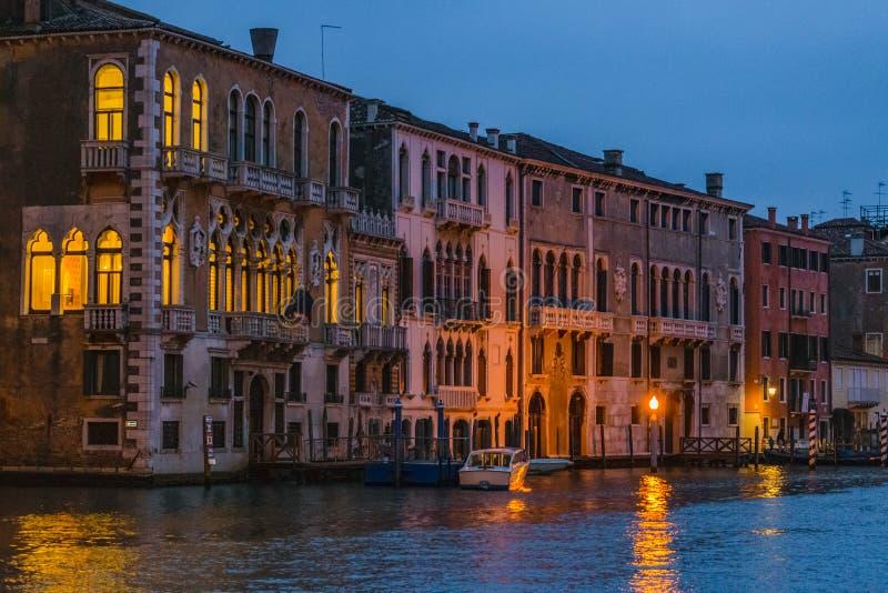 Μεγάλη σκηνή νύχτας καναλιών, Βενετία, Ιταλία στοκ εικόνα