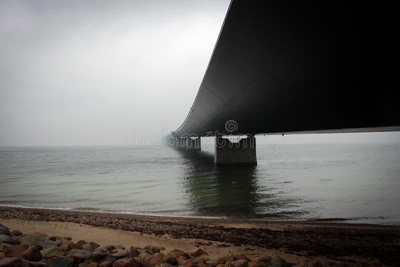 Μεγάλη σταθερή ζώνη άποψη συνδέσεων που χάνεται στην ελαφριά ομίχλη, Δανία στοκ εικόνα με δικαίωμα ελεύθερης χρήσης