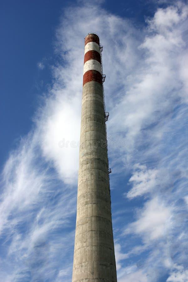 Μεγάλη συγκεκριμένη καπνοδόχος εργοστασίων Διαφυγές ατμού από το σωλήνα ενάντια στον ουρανό Βιομηχανικές εκπομπές των ρύπων στοκ εικόνα με δικαίωμα ελεύθερης χρήσης
