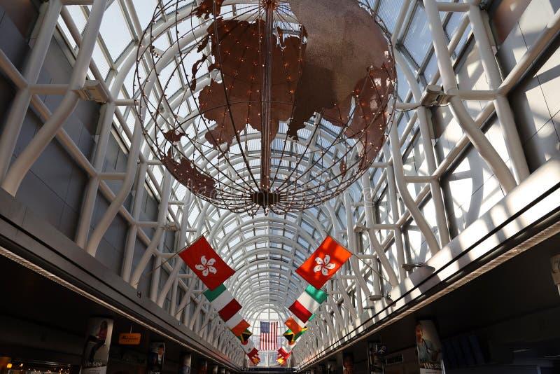 Μεγάλη συμβολή ποταμών που διακοσμείται με τις διεθνείς σημαίες στο διεθνή αερολιμένα O'$l*Harez στο Σικάγο στοκ φωτογραφία