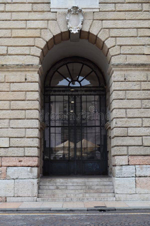 Μεγάλη σχηματισμένη αψίδα είσοδος στοκ φωτογραφίες