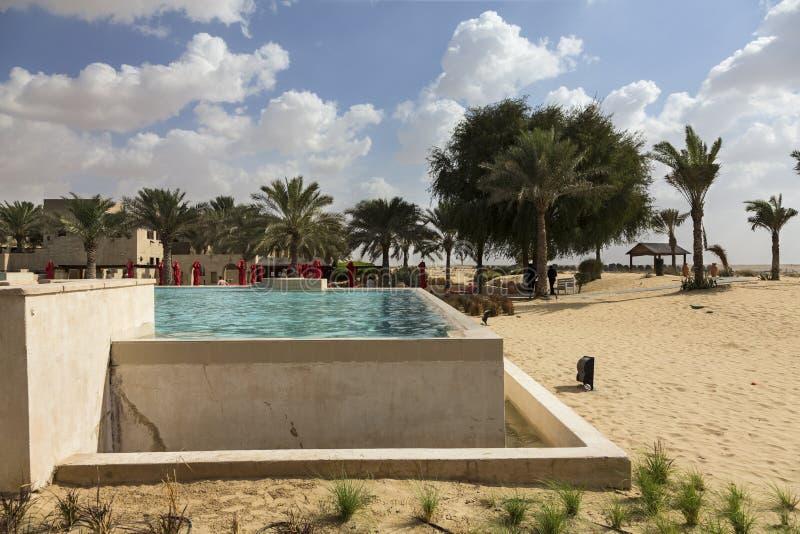 Μεγάλη τετραγωνική μπλε πισίνα στην έρημο που δροσίζει μακριά στοκ εικόνα