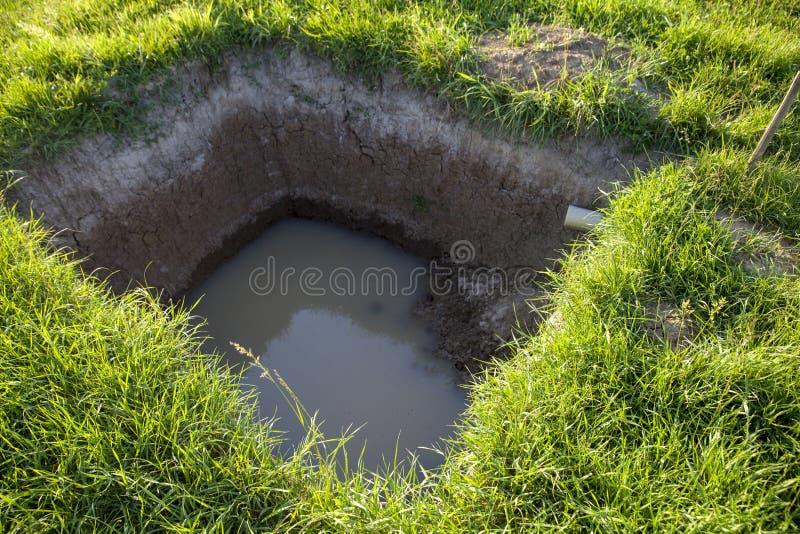 Μεγάλη τρύπα στο έδαφος στοκ εικόνες με δικαίωμα ελεύθερης χρήσης