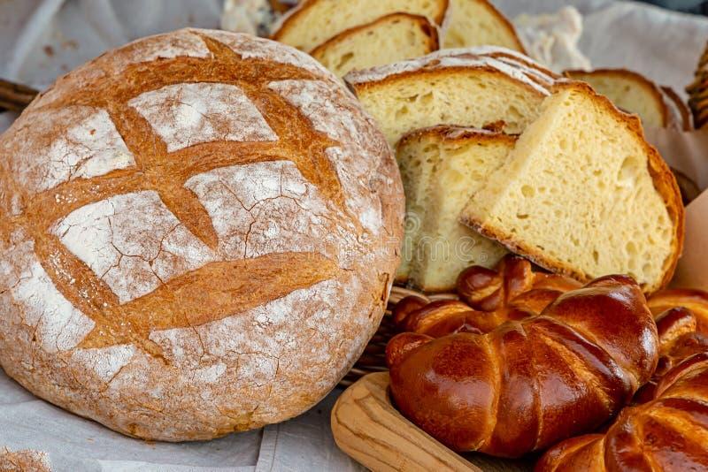 Μεγάλη φραντζόλα Baker καταστημάτων των ρόλων ψωμιού με την πλήρωση του τεμαχισμένου έτοιμων παιχνιδιών κινηματογραφήσεων σε πρώτ στοκ εικόνα