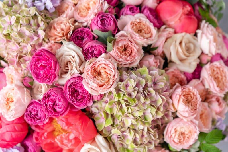 Μεγάλη όμορφη ανθοδέσμη κινηματογραφήσεων σε πρώτο πλάνο των μικτών λουλουδιών Υπόβαθρο και ταπετσαρία λουλουδιών Floral έννοια κ στοκ φωτογραφίες με δικαίωμα ελεύθερης χρήσης