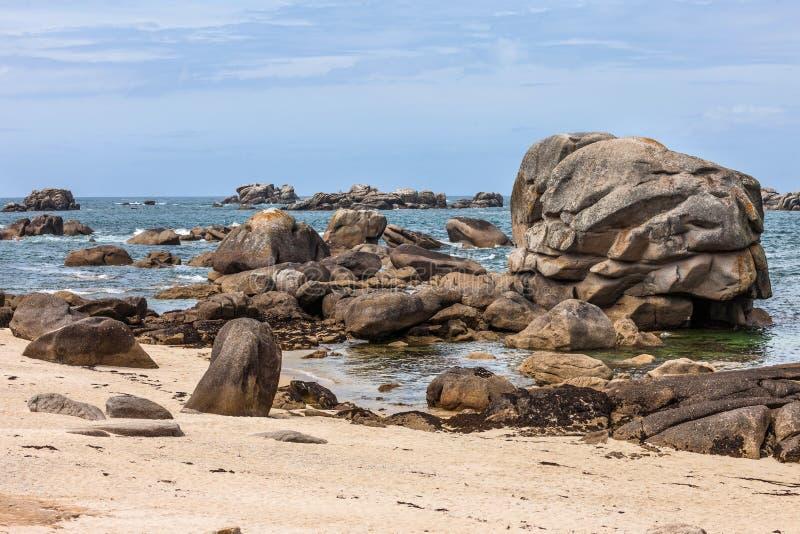 Μεγάλοι βράχοι και πέτρες στην ακτή στη Βρετάνη, Γαλλία στοκ εικόνες