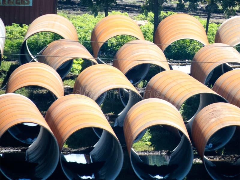Μεγάλοι σωλήνες σιδήρου για την παροχή νερού στοκ εικόνα