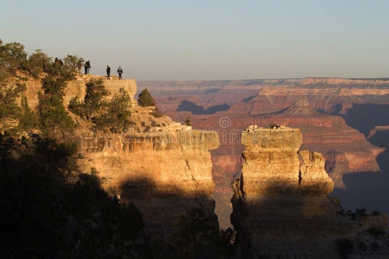 Μεγάλοι τουρίστες φαραγγιών στους βράχους στην ανατολή στοκ φωτογραφία με δικαίωμα ελεύθερης χρήσης