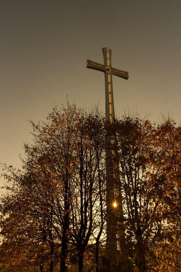 Μεγάλος αναμνηστικός σταυρός σε Siedlce στο ηλιοβασίλεμα στοκ εικόνες