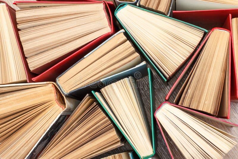 Μεγάλος αριθμός ζωηρόχρωμων βιβλίων Χρησιμοποιημένα βιβλία βιβλίων με σκληρό εξώφυλλο Άποψη από το α στοκ φωτογραφία
