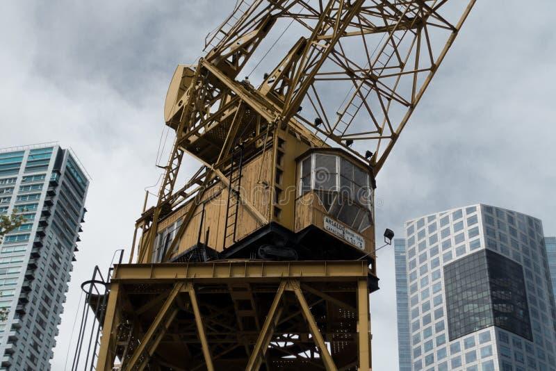 Μεγάλος γερανός μεταξύ των ουρανοξυστών στοκ φωτογραφία με δικαίωμα ελεύθερης χρήσης