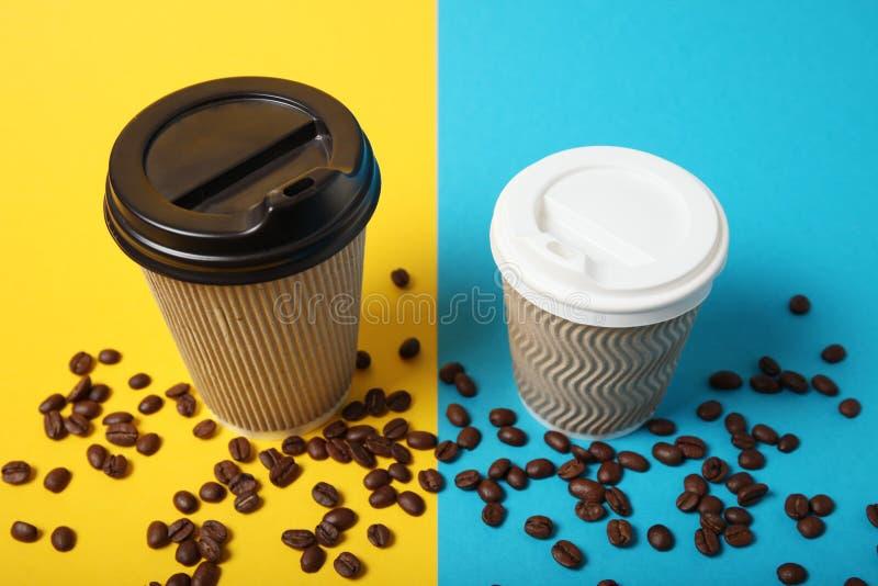 Μεγάλος και μικρός καυτός για να πάει καφές στο φλυτζάνι εγγράφου στοκ εικόνα