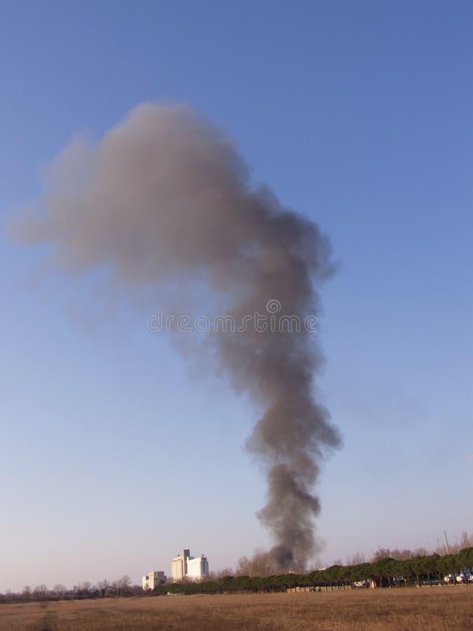 μεγάλος καπνός πυρκαγιάς σύννεφων στοκ εικόνες