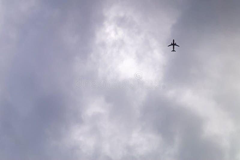 Μεγάλος ουρανός και μικρό αεροπλάνο στοκ φωτογραφίες