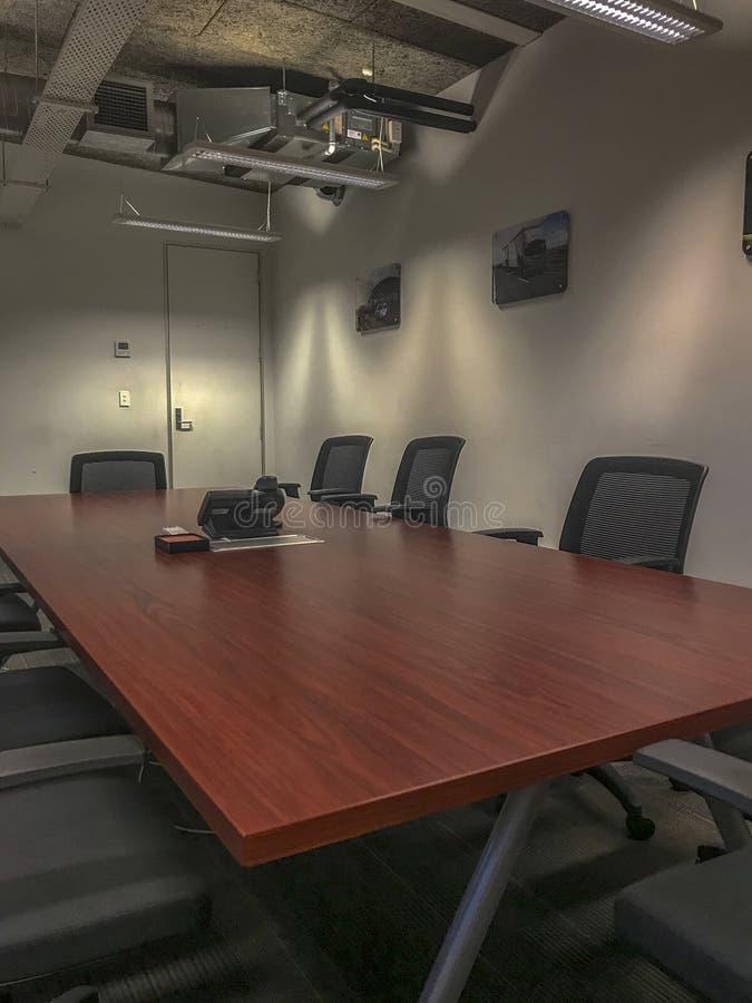 Μεγάλος πίνακας αίθουσας συνδιαλέξεων με τις μαύρες καρέκλες στοκ εικόνες