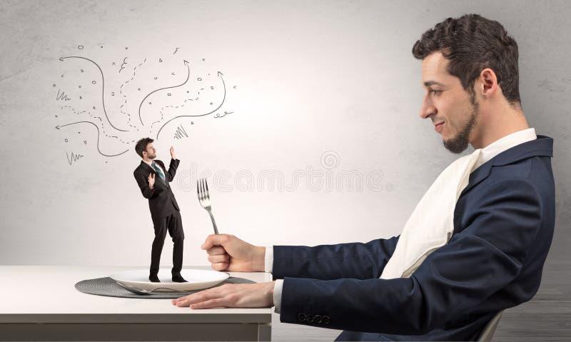 Μεγάλος προϊστάμενος που τρώει το μικρό επιχειρηματία στοκ εικόνες