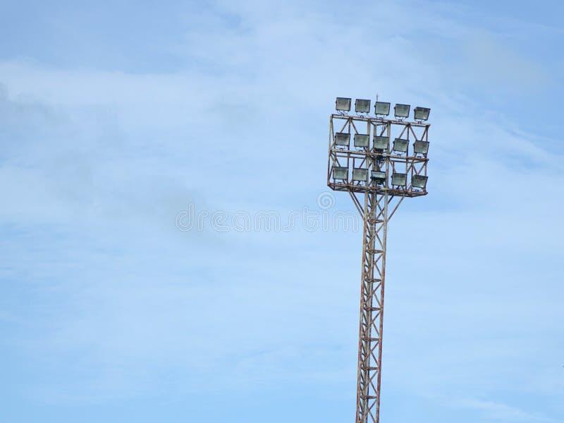 Μεγάλος πύργος φωτισμού με τα επίκεντρα με το υπόβαθρο μπλε ουρανού στοκ εικόνες