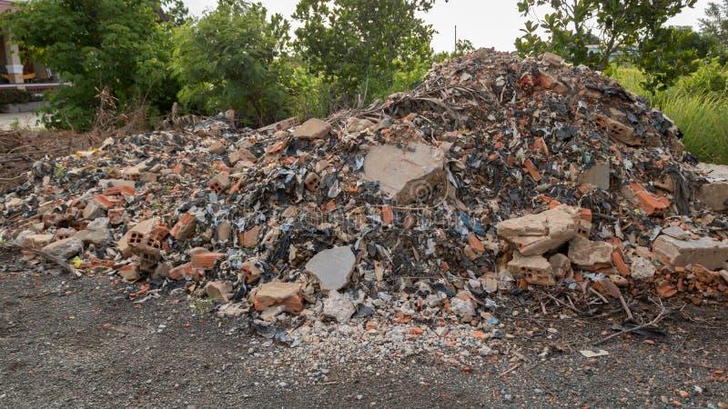 Μεγάλος σωρός των συγκεκριμένων παλιοπραγμάτων τσιμέντου - τεμάχια τουβλότοιχος με τα πλαστικά απορρίμματα απορριμάτων - κατασκευ στοκ φωτογραφίες