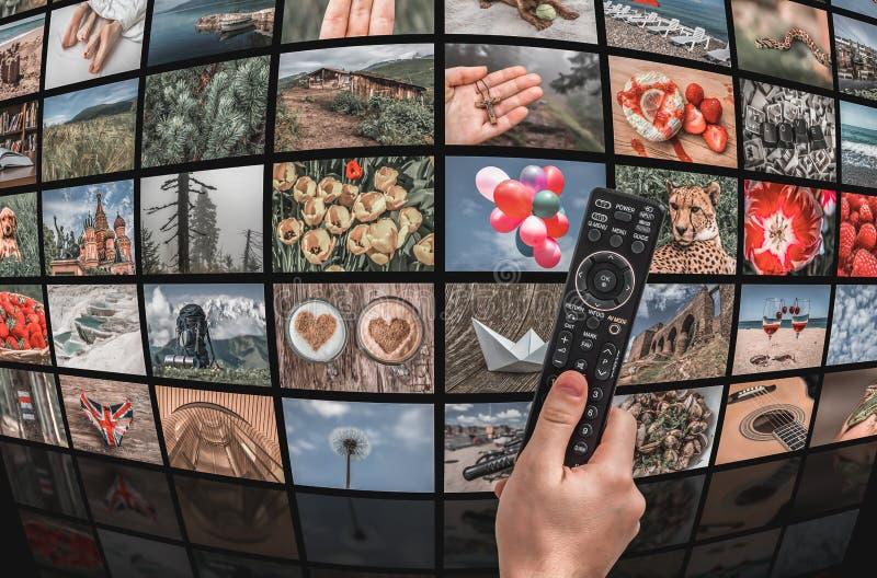 Μεγάλος τηλεοπτικός τοίχος ραδιοφωνικής μετάδοσης πολυμέσων με τον τηλεχειρισμό στοκ εικόνα
