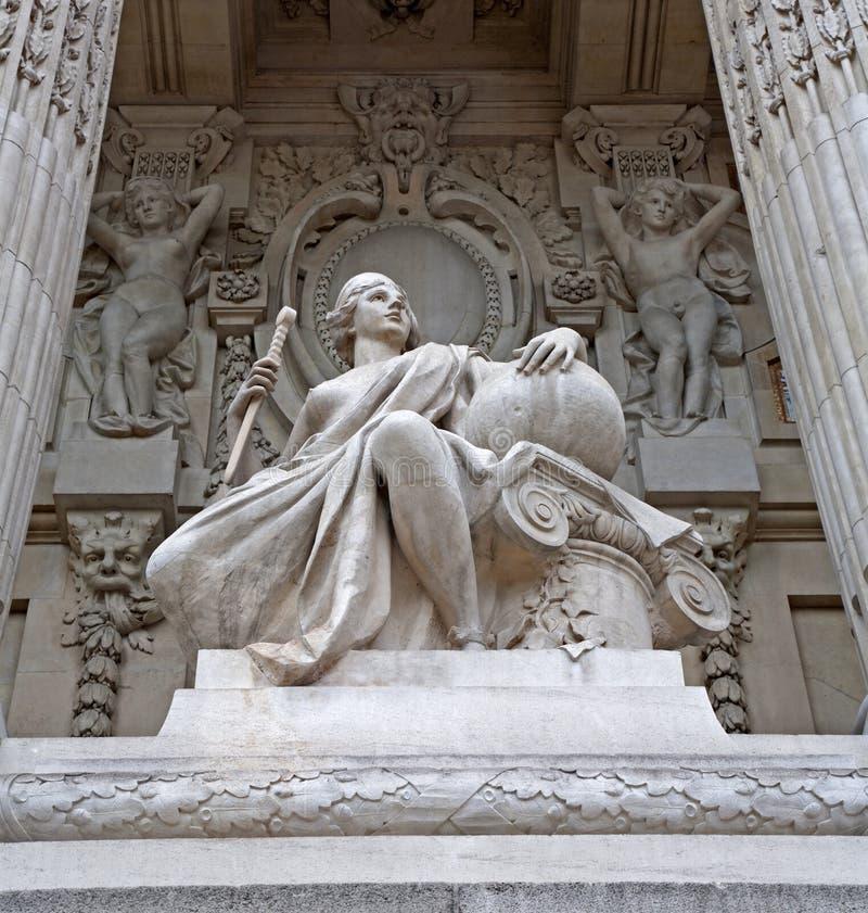 μεγάλο άγαλμα του Παρισ&io στοκ φωτογραφία με δικαίωμα ελεύθερης χρήσης