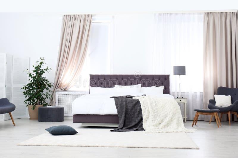 Μεγάλο άνετο κρεβάτι στο δωμάτιο, εσωτερικό σχέδιο διαμερισμάτων στοκ φωτογραφίες