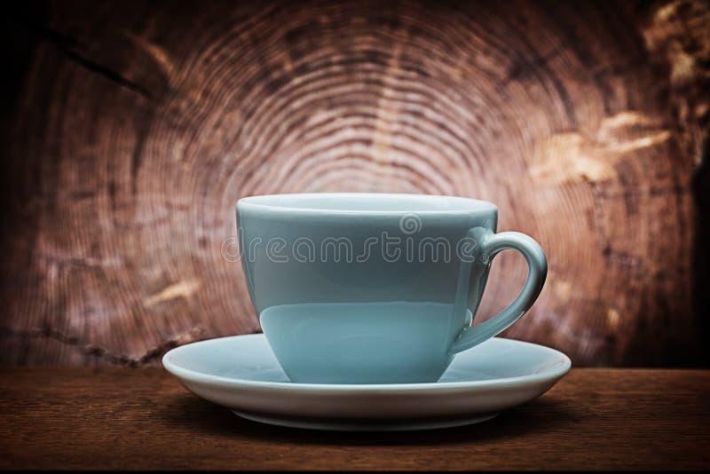 Μεγάλο άσπρο φλυτζάνι καφέ για το capuchino στο εκλεκτής ποιότητας ξύλινο υπόβαθρο με τη διαγώνια περικοπή του κορμού δέντρων στοκ φωτογραφία με δικαίωμα ελεύθερης χρήσης