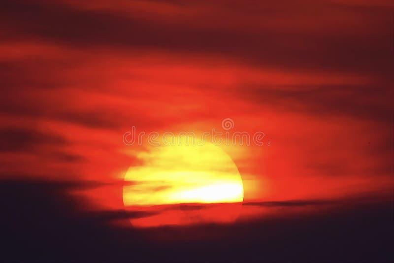Μεγάλο ήλιων ηλιοβασιλέματος ουρανού πορτοκαλί ουρανού κόκκινο τοπίο θερινής φύσης sunright υπαίθριο backgound ελεύθερη απεικόνιση δικαιώματος
