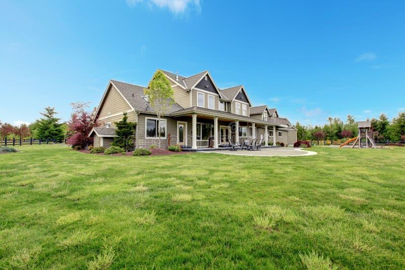 Μεγάλο αγροτικό εξοχικό σπίτι με το πράσινο τοπίο άνοιξη. στοκ φωτογραφία με δικαίωμα ελεύθερης χρήσης