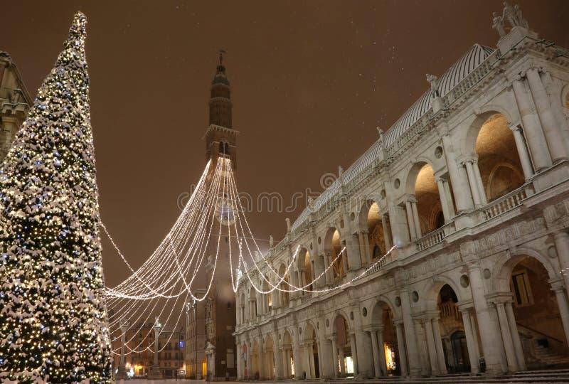 μεγάλο αναμμένο χριστουγεννιάτικο δέντρο στην κύρια πλατεία της πόλης του Βιτσέντσα στοκ εικόνες