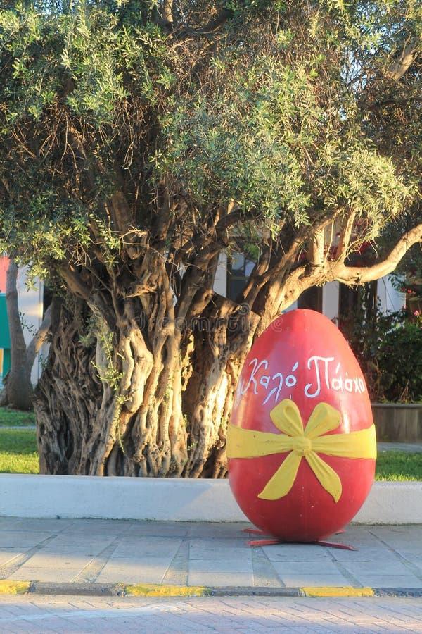 Μεγάλο αυγό Πάσχας στην οδό στοκ εικόνα με δικαίωμα ελεύθερης χρήσης