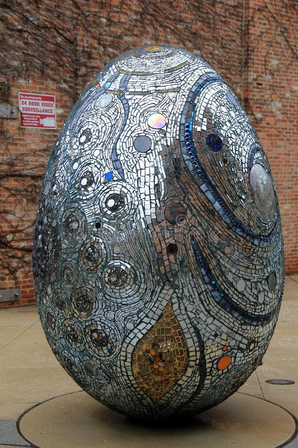 Μεγάλο αυγό στο αφηρημένο σχέδιο, που καλύπτονται στους μικρούς καθρέφτες και το γυαλί, το αμερικανικό παραισθησιακό Μουσείο Τέχν στοκ εικόνες
