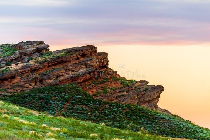 Μεγάλο βουνό Bogdo Επανθίσεις κόκκινου ψαμμίτη στο ιερό βουνό κλίσεων στην τισσα Κασπίας στέπα Bogdo - την επιφύλαξη φύσης Baskun στοκ φωτογραφία με δικαίωμα ελεύθερης χρήσης