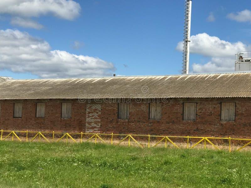 Μεγάλο γεωργικό γεωργικό αγροτικό κτήριο με τον εξοπλισμό, σπίτια, σιταποθήκες, σιτοβολώνας στοκ εικόνες με δικαίωμα ελεύθερης χρήσης