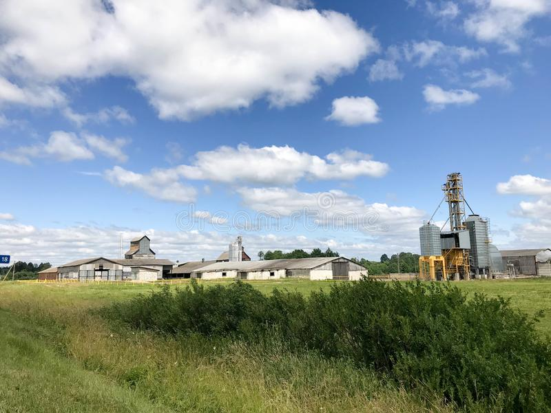 Μεγάλο γεωργικό γεωργικό αγροτικό κτήριο με τον εξοπλισμό, σπίτια, σιταποθήκες, σιτοβολώνας στοκ φωτογραφία