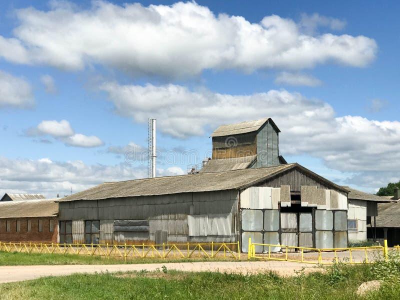 Μεγάλο γεωργικό γεωργικό αγροτικό κτήριο με τον εξοπλισμό, σπίτια, σιταποθήκες, σιτοβολώνας στοκ φωτογραφία με δικαίωμα ελεύθερης χρήσης