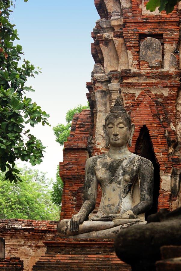 Μεγάλο γλυπτό του Βούδα στις καταστροφές του ιστορικού βασιλικού ναού Wat Phra Sri Sanphet Ayutthaya, Ταϊλάνδη στοκ εικόνες