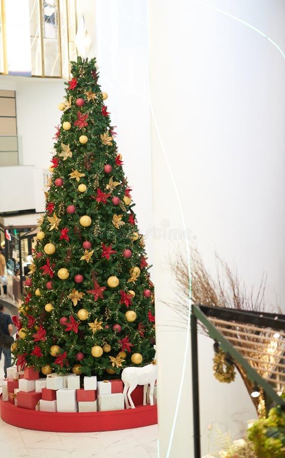 Μεγάλο διακοσμημένο χριστουγεννιάτικο δέντρο στο αίθριο λεωφόρων στοκ φωτογραφία με δικαίωμα ελεύθερης χρήσης
