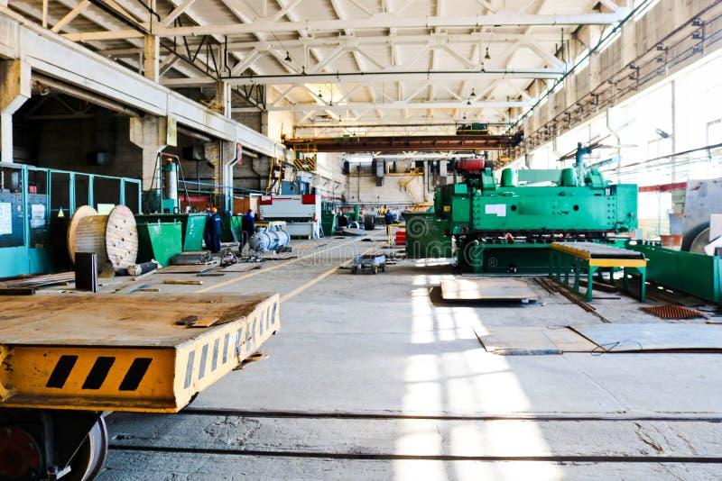Μεγάλο δωμάτιο βιομηχανικής παραγωγής του εργαστηρίου με τον εξοπλισμό για την παραγωγή των ανταλλακτικών, μέρη μετάλλων στο διυλ στοκ εικόνες με δικαίωμα ελεύθερης χρήσης
