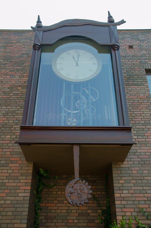 Μεγάλο εξωτερικό ρολόι με τον ορατούς μηχανισμό και το φεγγάρι και ήλιος ξύλινος στοκ εικόνα