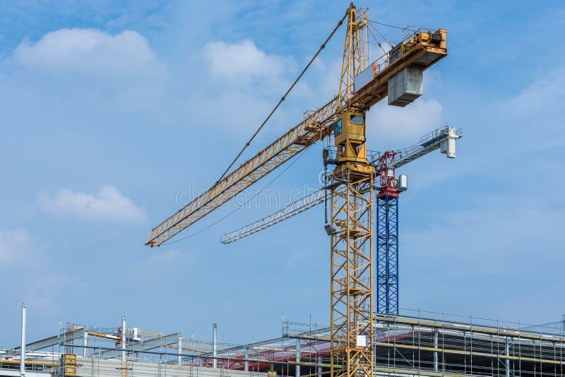 Μεγάλο εργοτάξιο οικοδομής με τους γερανούς κατά τη διάρκεια της κατασκευής του κοχυλιού στοκ εικόνα