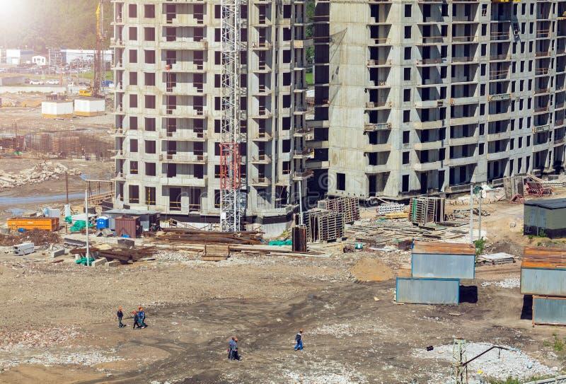 Μεγάλο εργοτάξιο οικοδομής συμπεριλαμβανομένου του γερανού που λειτουργεί σε ένα κτήριο σύνθετο, εργαλείο οικοδόμησης, εργαλεία,  στοκ φωτογραφία