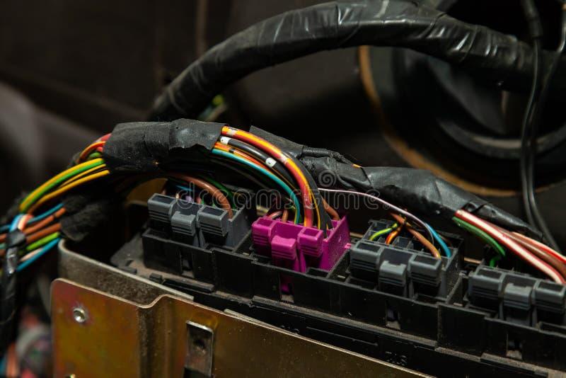 Μεγάλο ευρύ καλώδιο με τα πολύχρωμους κόκκινους και πράσινους καλώδια και τους συνδετήρες και τερματικά στο κατάστημα επισκευής κ στοκ εικόνα με δικαίωμα ελεύθερης χρήσης