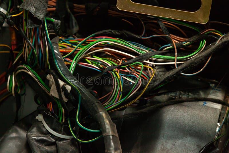 Μεγάλο ευρύ καλώδιο με τα πολύχρωμους κόκκινους και πράσινους καλώδια και τους συνδετήρες και τερματικά στο κατάστημα επισκευής κ στοκ εικόνες
